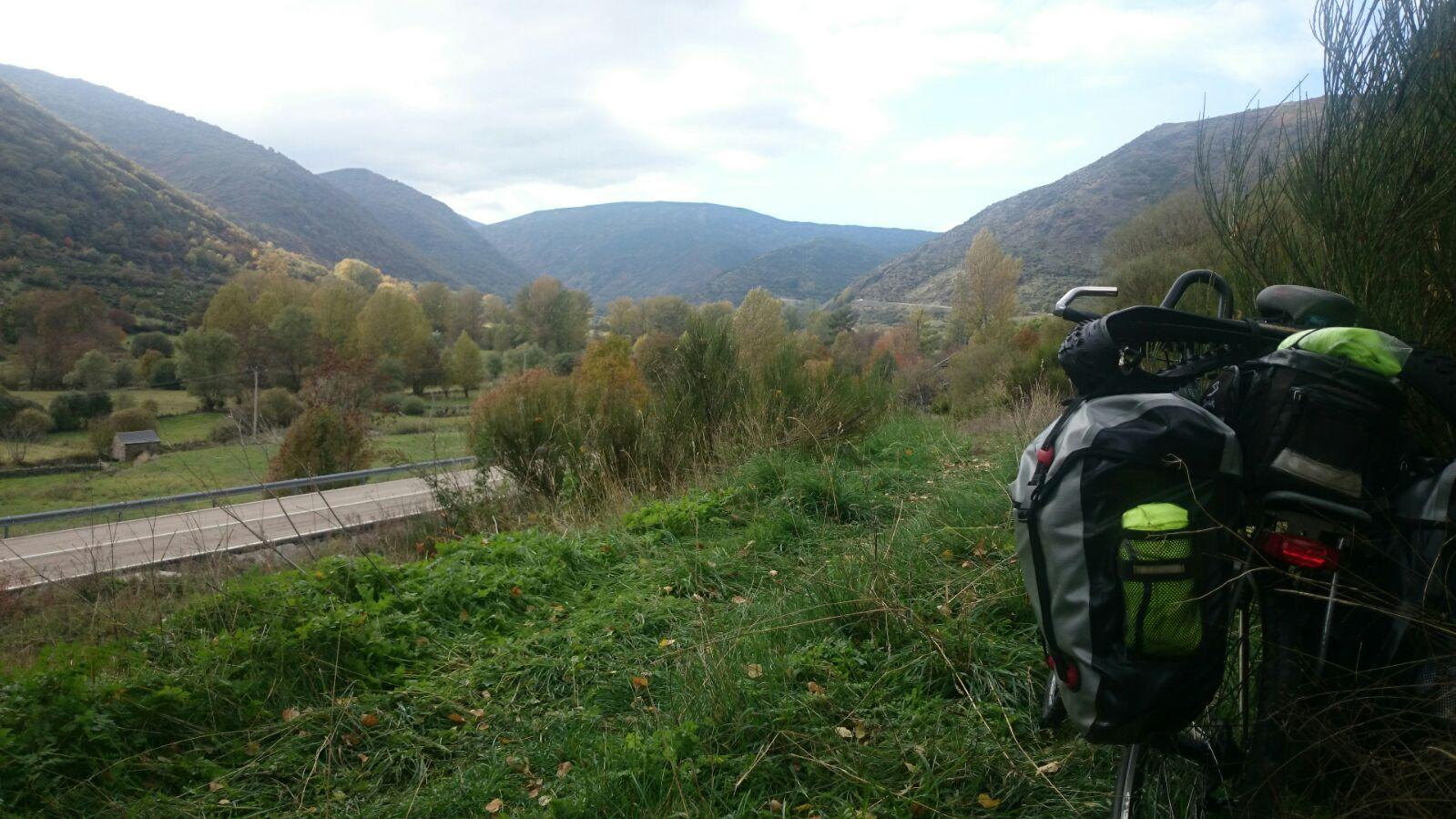 Bonito valle y montañas
